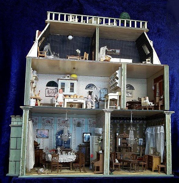 Puppenhaus-3-Etagen-Gruenderzeit-komplett-eingerichtet-um-1910-extrem-selten